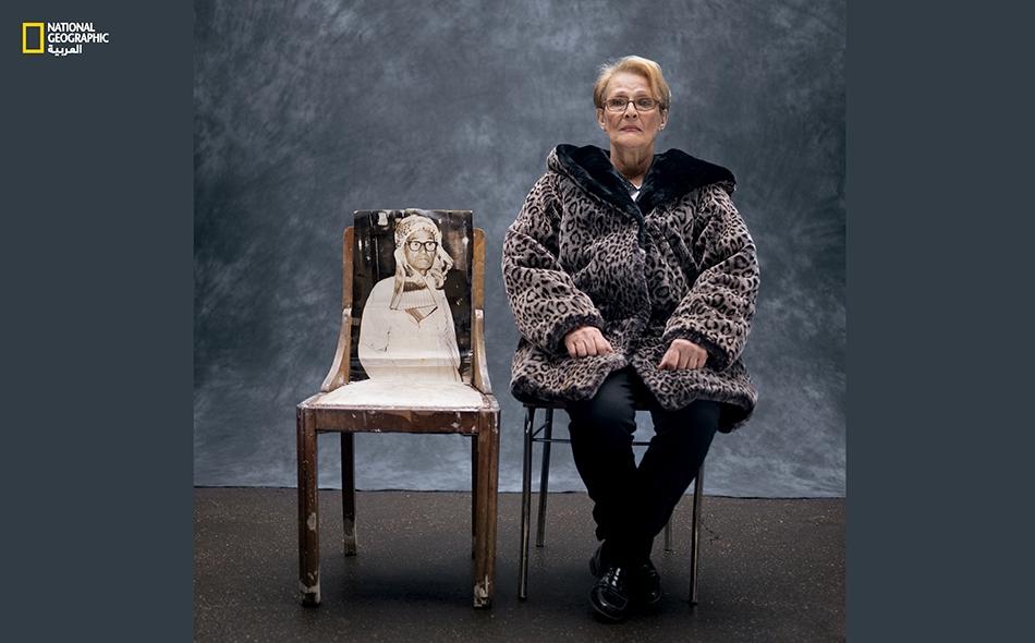 """""""بدأ التمييز في معاملتنا ونحن في المدرسة. كنت حينها في السادسة أو السابعة من عمري. وكان ذلك خلال حرب التحرير الجزائرية""""، هكذا تقول """"باتريسيا فاطمة حويش"""" (66 عاماً). كانت أمها فرنسية، وأبوها (الظاهر في الصورة التي على الكرسي) زعيماً من زعماء النضال..."""