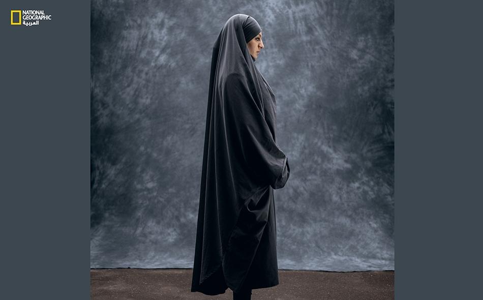 """تقول """"إكرام شهمي غيدين"""" (23 عاماً): """"لا ألبس الحجاب طوال الوقت، بل ألبسه حصراً عندما أغادر الجامعة متوجّهة إلى المسجد"""". حضرت عائلة إكرام إلى باريس فراراً من الإرهابيين في الجزائر عندما كانت في ربيعها الثامن، وهي تشعر هنا بالأُنس والأمان. لكنها تشعر..."""