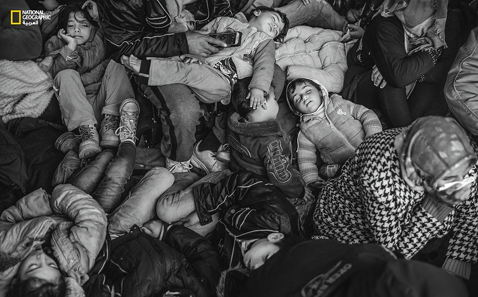 كومة براءة تغفو في حضن العراء؛ يتعمد اللاجئون تنويم أطفالهم هكذا طلباً للدفء، كما تُسهل عليهم هذه الطريقة مراقبة أبنائهم من شرور زواحف الطريق وقوارضها.
