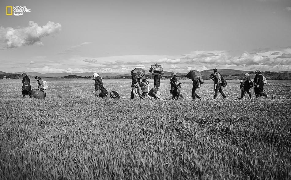 مشهد عام لرحلة اللجوء إلى أوروبا؛ رجال ونساء وأطفال يحملون ما تبقى من وطن فوق ظهورهم قاصدين باب الفرج… فتصافحهم الأحزان على الطريق.