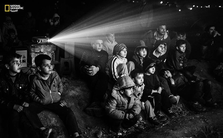 يسهر معظم اللاجئين ساعات طويلة تمتد حتى الفجر؛ وفي سبيل الترفيه عن أطفال اللاجئين وإبعاد شبح المعاناة عنهم، تعرض لهم بعض الجمعيات الخيرية أفلاماً سينمائية على شاشة كبيرة.
