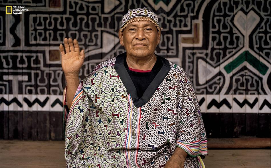 """تمثّل النقوش التي على ثوب المعالج البيروفي """"إنريكِهْ فلوريس آغوستين"""" الأغاني التي يغنّيها خلال طقوس الاستشفاء التي يمارسها."""