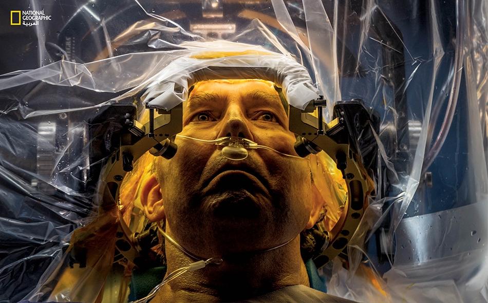 """لدى جامعة فلوريدا، يخضع """"راسل برايس""""، المصاب بمرض الشلل الرُّعاشيّ (باركنسون)، لعملية جراحية لزرع سلك كهربائي دقيق سيُجري تحفيزاً عميقاً للمواضع الدماغية التي تتحكّم بالحركة."""