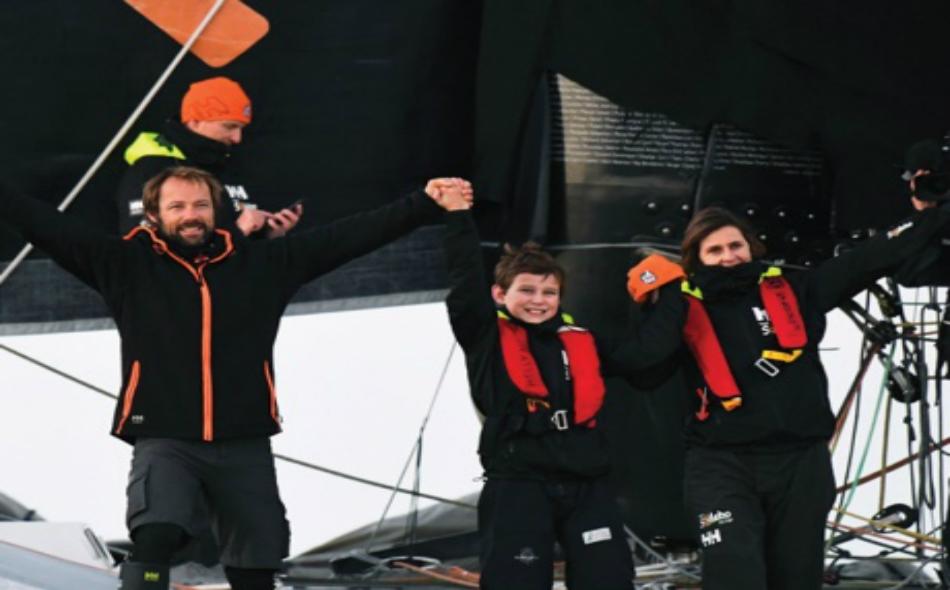 البحار الفرنسي توماس كولفيل لحظة احتفاله بالرقم القياسي الجديد.