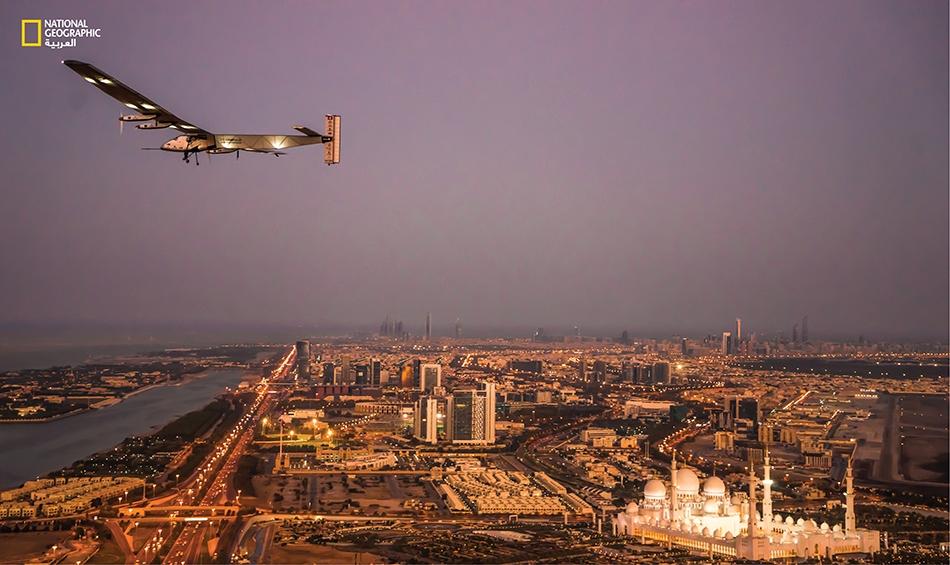 """طائرة """"سولار إمبلس2"""" خلال تحليق تجريبي ليلي فوق مدينة أبوظبي."""