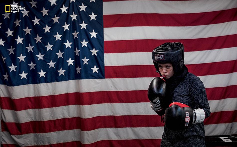 """تمارس """"أمايا زافار"""" (16 عاما) الملاكمة كل ليلة في قاعة رياضية بمدينة سانت بول بولاية مينيسوتا. تتطلع الفتاة إلى التنافس في الألعاب الأولمبية عام 2020. أعلنت في السادسة من عمرها -وهي المسلمة الملتزمة- عن رغبتها بارتداء الحجاب، لكن لا يُسمح لها..."""