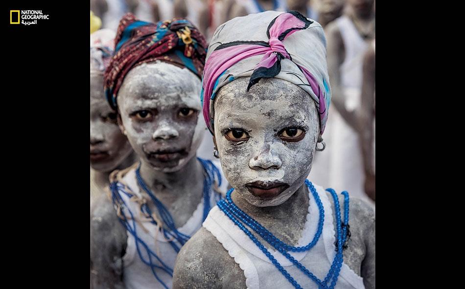 """فتيات في قرية """"ماسانغا"""" بسيراليون يشاركن في احتفالات شعائر """"بوندو"""" التمهيدية التي تهيّئهن لولوج عالم النساء، من دون ختان. وقد شارك في هذه الطقوس أكثر من 600 فتاة منذ عام 2010."""