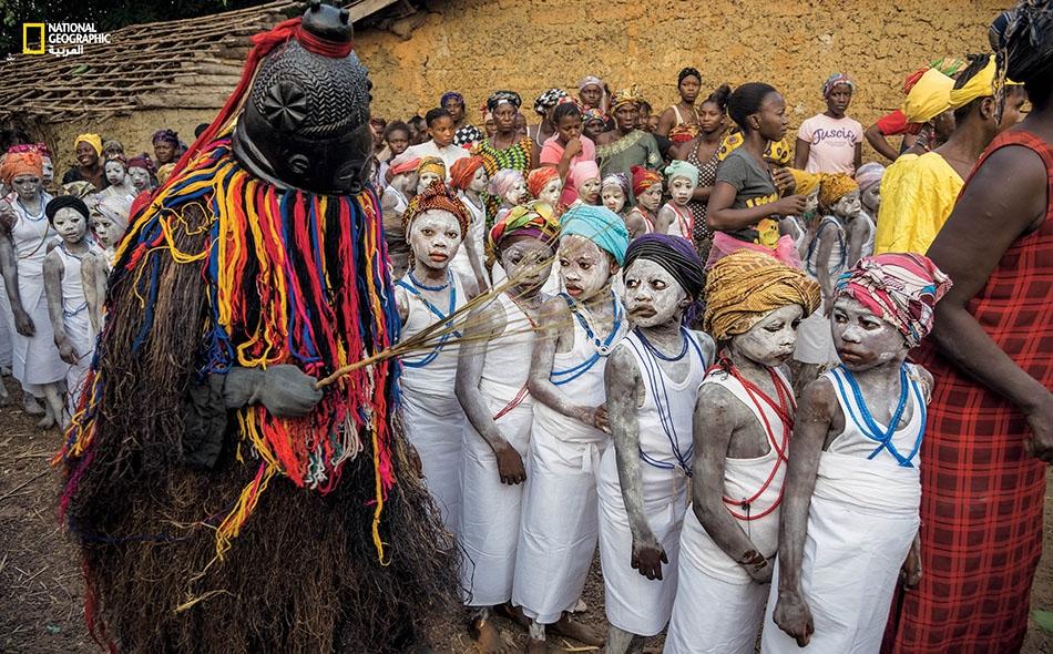 """نظيرَ حضور هؤلاء الفتيات حفل """"بوندو"""" تمهيدي لا يشمل الختان لدى أهالي """"ماسانغا""""، فإنهن يحصلن على تعليم مجاني تَكفله (Masanga Assistance Education) وهي منظمة سويسرية غير ربحية."""