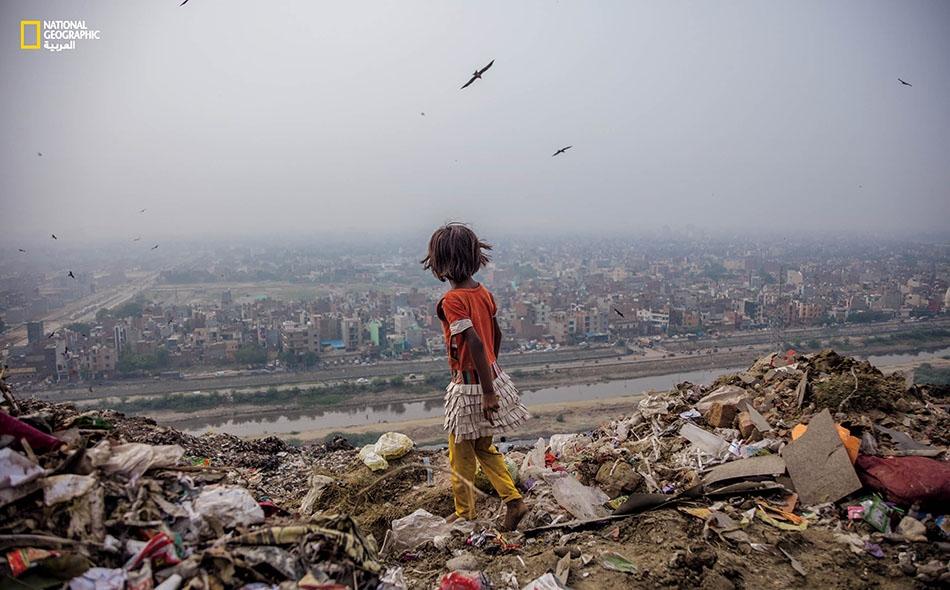 """يوفر مِكَبُّ """"غازيبور"""" في مدينة دلهي بالهند مجالا خصباً للفتاة """"زارينا"""" البالغة من العمر سبع سنوات؛ إذ تجد من بين قمامته -المنتشرة على مدى 70 فدانا- ما يَصلُح للبيع في كل يوم."""