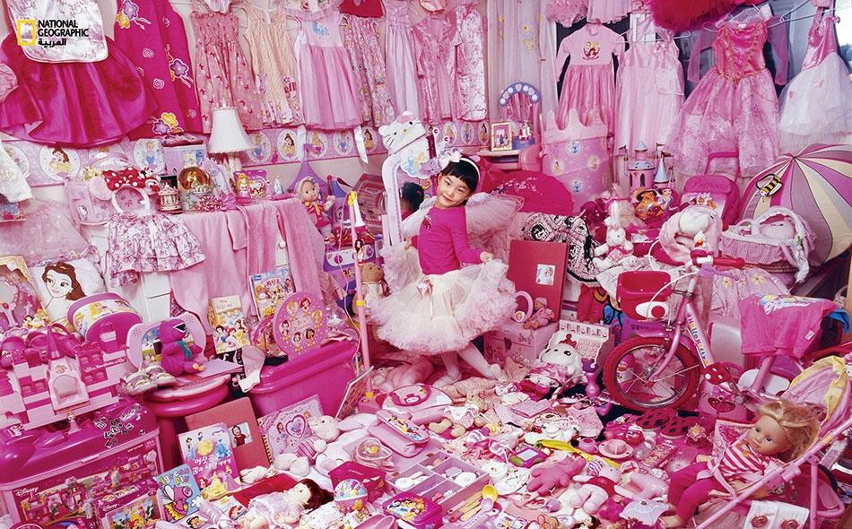 """التُقطت هذه الصورة في عام 2007، وتظهر فيها """"جيْيُو"""" (4 أعوام) مكتسية باللون الوردي من أعلى رأسها إلى أخمص قدميها، وهي محاطة بأغراضها الوردية الكثيرة في منزل عائلتها بعاصمة كوريا الجنوبية، سيؤول."""