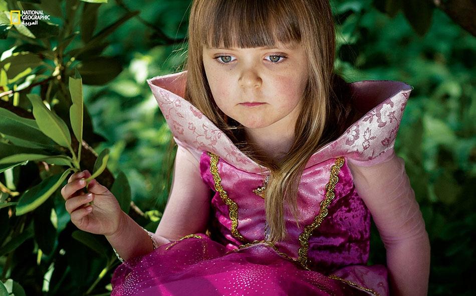 """فتاة ترتدي زيّ """"الأميرة النائمة"""" للمشاركة في مشروع التصوير الذي يحمل عنوان """"تمرين اللباس""""."""