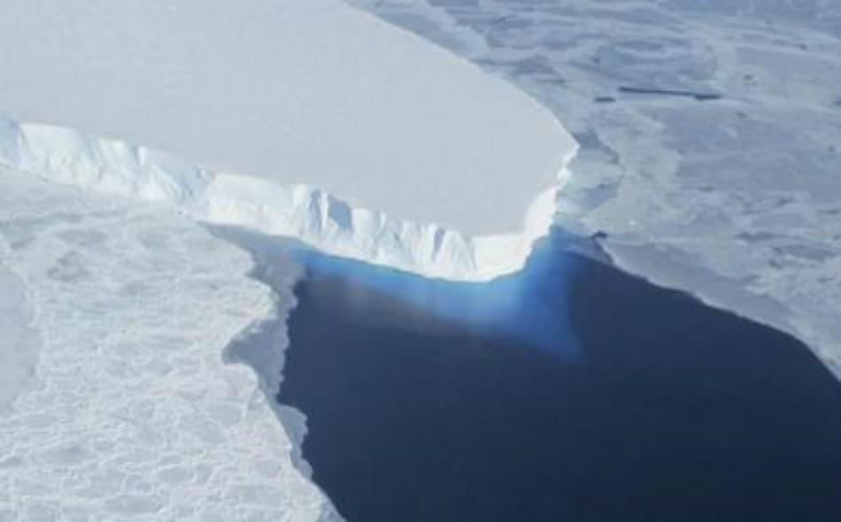 صورة لنهر جليدي في القارة القطبية الجنوبية بدون تاريخ التقطتها إدارة الطيران والفضاء الأمريكية ناسا.