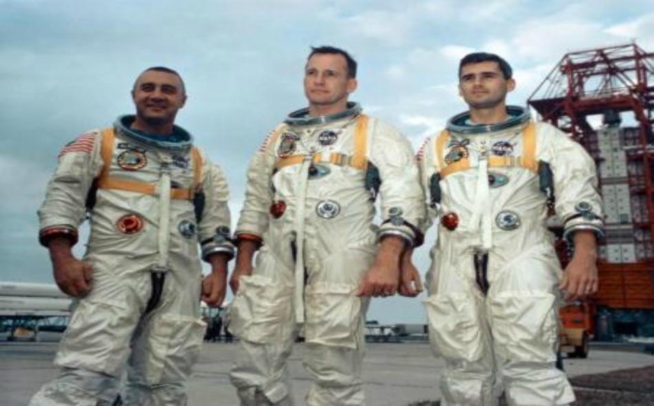 رواد الفضاء (من اليسار إلى اليمين) فيرجيل جريسون وإدوارد وايت وروجر تشافي الذين لاقوا حتفهم في حريق مقصورة مركبة الفضاء أبولو 1 أثناء التدريب.