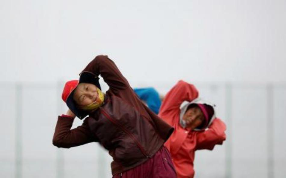 مسنين يؤديان تمارين رياضية في كوريا الجنوبية. صورة أرشيفية.