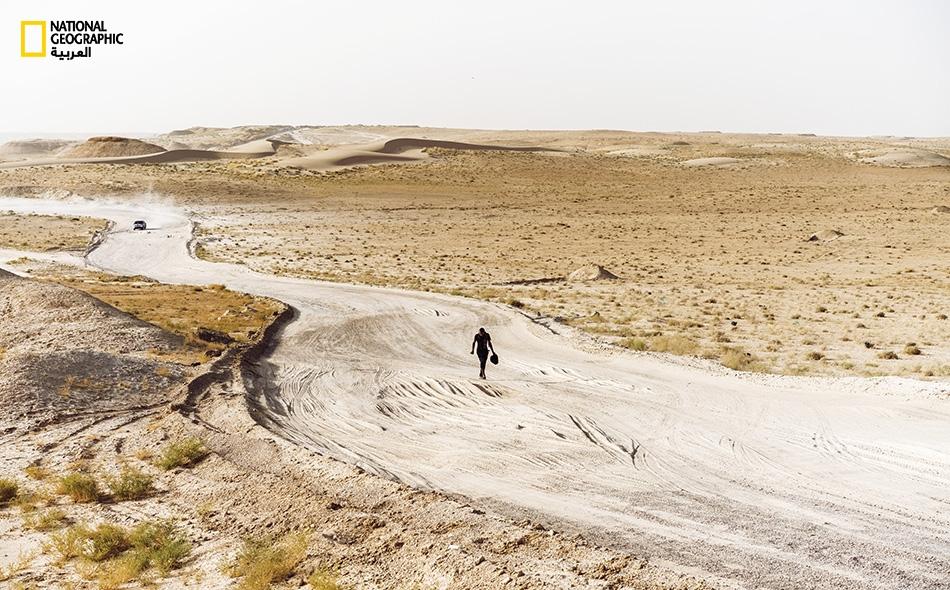 لا يمتلك العراق موارد كافية لمساعدة النازحين -الذين يفوق عددهم ثلاثة ملايين شخص- بفعل حربه على تنظيم داعش. فالمخيمات تعاني شح الأغذية والإمدادات. وقد كان هذا الرجل الذي يسير في طريق متربة محظوظاً لإيجاد عمل بأجر يومي بالقرب من المخيم الذي يعيش فيه.