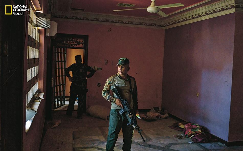 بعد انسحاب داعش من الفلوجة، انكشفت الأعمال الوحشية التي ابتدعها هذا التنظيم. فقد حُوّل قصر أحد المقاولين الأثرياء إلى سجن.
