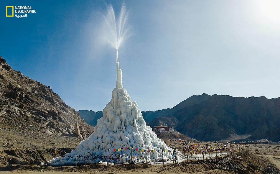 """سعياً للحدّ من تداعيات التغير المناخي على سكان منطقة الهيمالايا، يُشيّد المهندس، سونام وانغتشوك، """"ضريحاً"""" جليدياً مثل الظاهر في الصورة."""