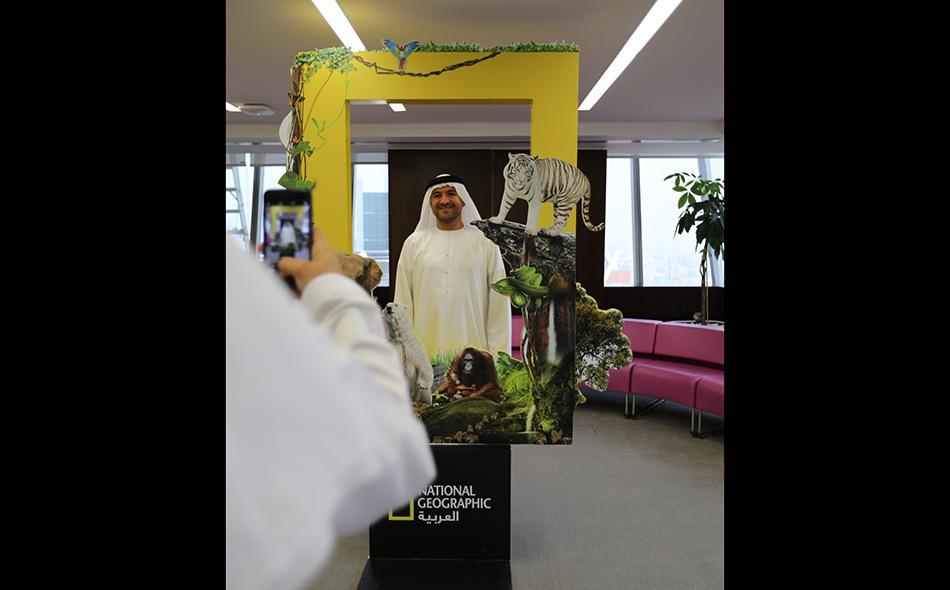 أحد الزوار يلتقط صورة تذكارية بجانب الإطار الخاص بناشيونال جيوغرافيك العربية.