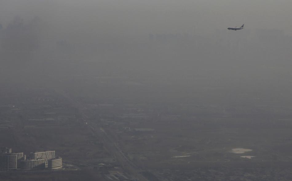 طائرة ركاب تطير وسط ضباب دخاني فوق بكين يوم 2 يناير 2017. صورة: جاسون لي.