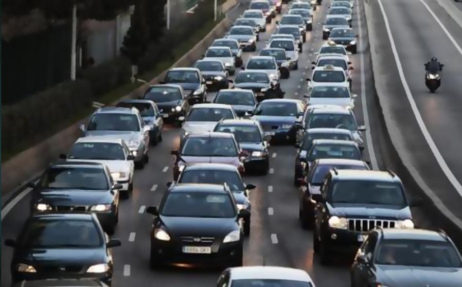 سيارات تصطف في ازدحام مروري ساعة الذروة الصباحية في مدريد.