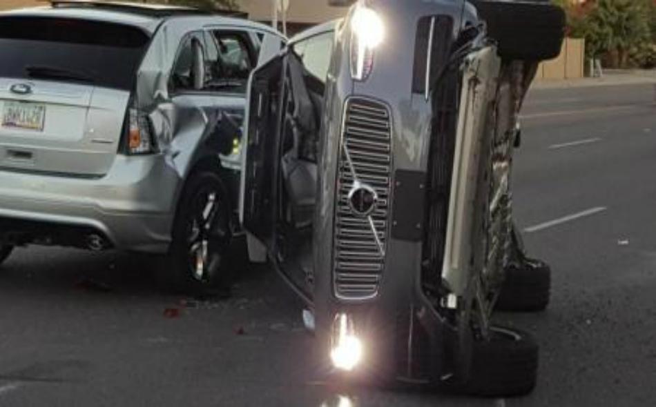 """السيارة ذاتية القيادة التي تملكها وتشغلها """"أوبر تكنولوجيز"""" المنقلبة على جانبها في """"تيمبي"""" بأريزونا، يوم 24 مارس 2017. صورة لرويترز."""