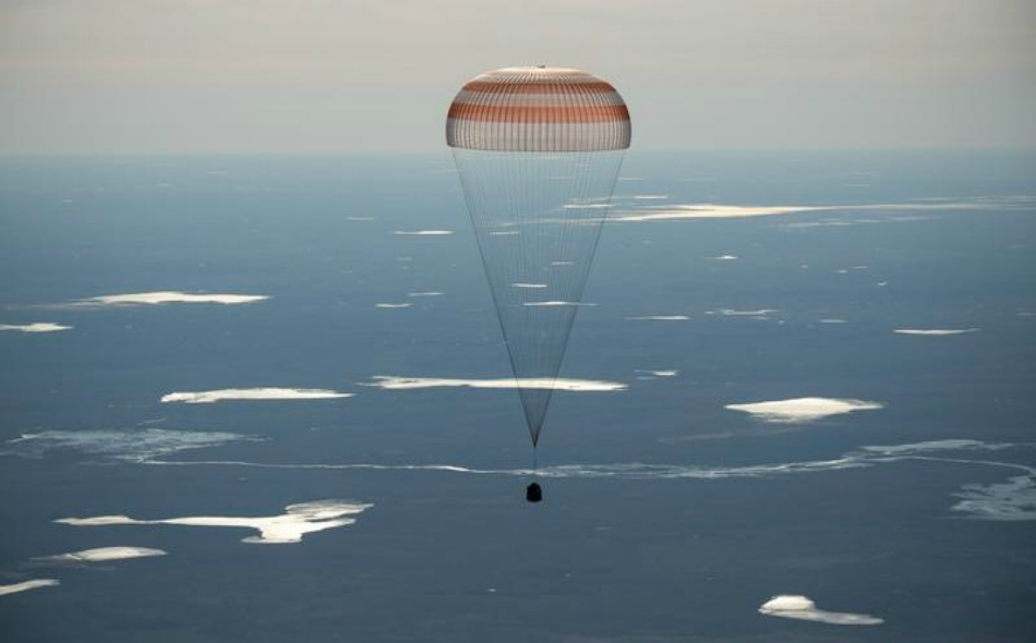 """مركبة الفضاء الروسية سويوز أثناء هبوطها يوم الاثنين، في جنوب شرقي منطقة """"جزقازكان"""" بكازاخستان."""