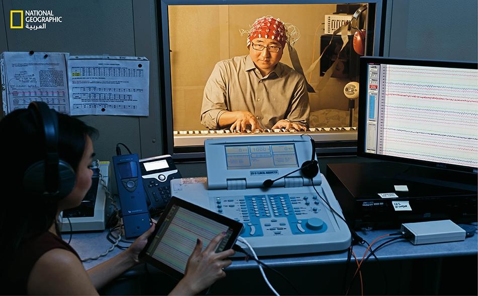 """يعتزم خبير السمع """"تشارلز ليم"""" استعمال التخطيط الكهربائي للدماغ لقياس النشاط الكهربائي في أدمغة مبدعين آخرين، منهم ممثلون. ويجرّب ذلك على نفسه في مختبره لدى جامعة """"كاليفورنيا"""" بمدينة سان فرنسيسكو."""