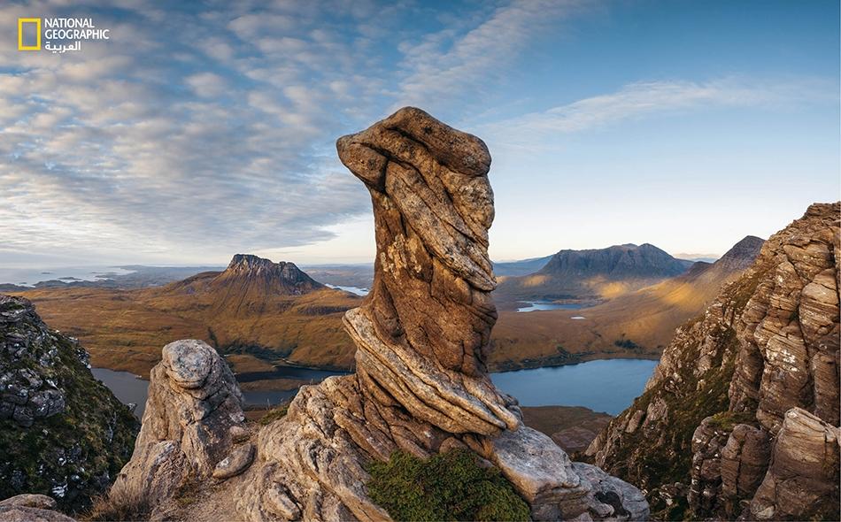 """من على قمة """"سغور تواث"""" بشمال غرب إسكتلندا، يظهر هذا المشهد الطبيعي لأرض بَور (Moor)، وهي مرج طبيعي مفتوح تؤثثه نباتات قصيرة ويبعث على الحزن."""