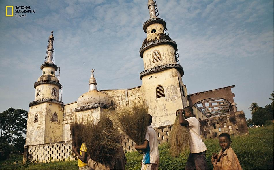 """تعرّضَ المسجد الرئيس في مدينة """"بربراتي"""" للنهب والهجران، بعدما طردت المليشياتُ المسيحيةُ المسلمينَ في عام 2014. قبل أن ينشب النزاع، كان المسلمون يمثلون ربع سكان المدينة ويديرون العديد من النشاطات التجارية."""