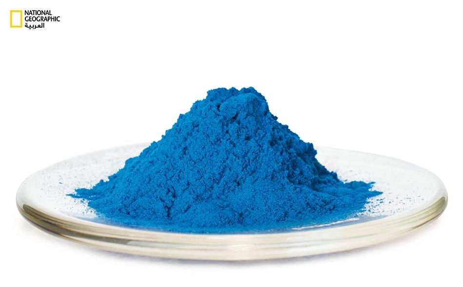 يظهر الأزرق المصري في الصورة على شكل مسحوق، ويُصنع بتسخين خليط من النحاس ورمل الكوارتز والجير وفلزٍ قلوي من قبيل النطرون، وهو ملح يوجد في قاع البحيرات الجافة.