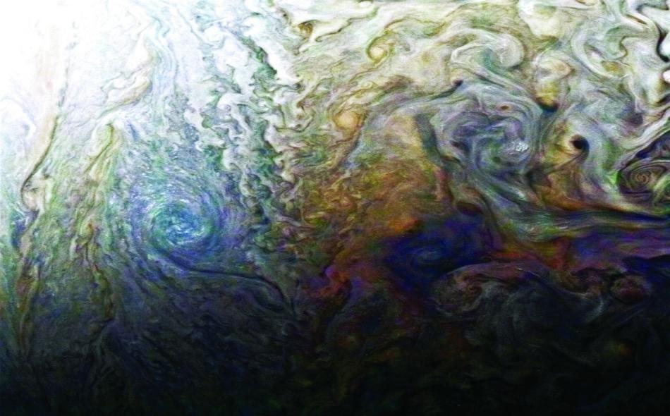رصدت جونو حزاماً من الأمونيا يمتد من قمة الغلاف الجوي وحتى مئات الأميال داخل الكوكب، وهو آخر مدى تمكنت أجهزة المركبة من رؤيته. وعثرت المركبة على معالم أخرى في الغلاف الجوي تدحض فكرة أنه مجرد خليط من الغازات.