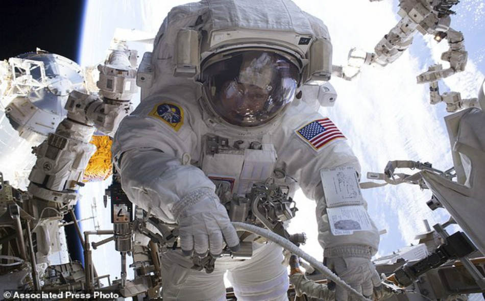 رائد فضاء يقوم بعملية سير خارج محطة الفضاء الدولية يوم 24 أبريل 2017.