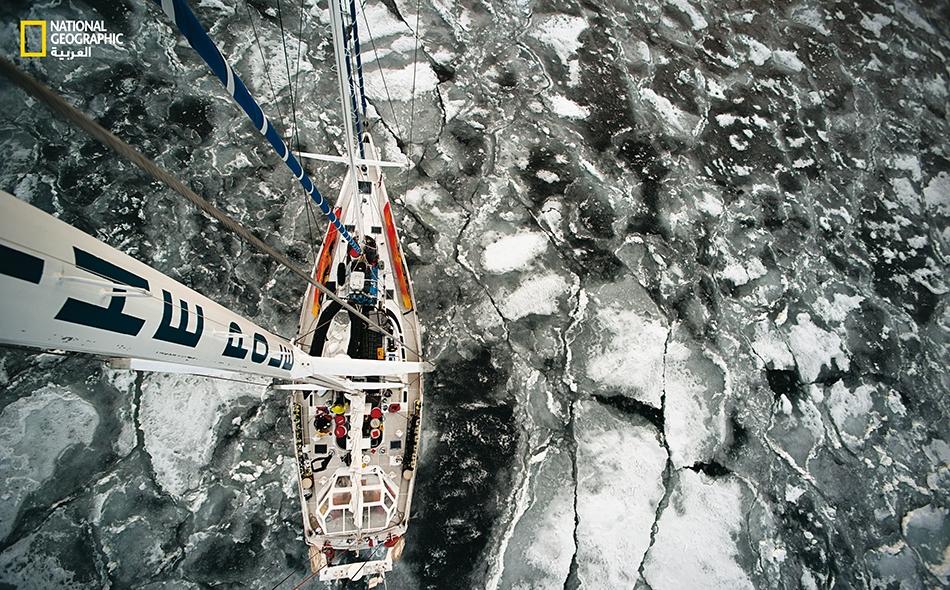 """المركب الشراعي -المسمَّى """"واي"""" (WHY) والبالغ طوله عشرين متراً- يشق طريقه وسط الجليد على مقربة من غرينلاند. وابتداءً من صيف العام الحالي، سيأخذ الطاقم الفرنسي هذا المركب من غرينلاند إلى قارة أنتاركتيكا."""