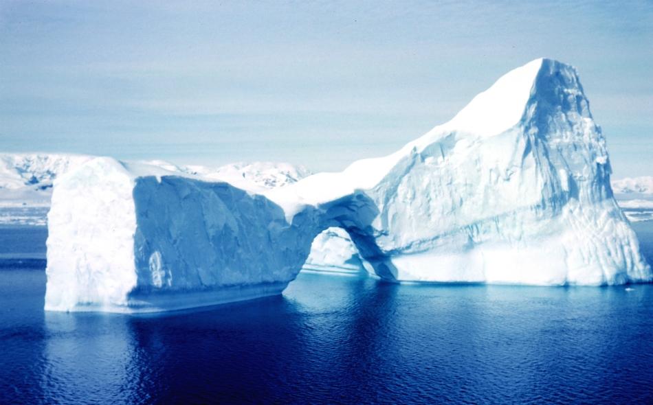 """الجبل هو جزء من الرصيف الجليدي """"لارسن سي"""" (أو لارسن ج)، تزيد مساحته على خمسة آلاف كيلومتر مربع بالرصيف في مساحة 13 كيلومترا فقط بعد حدوث صدع بطول 175 كيلومترا على امتداد الرصيف. الصورة: Rear Admiral Harley D. Nygren, NOAA Corps (ret.)"""