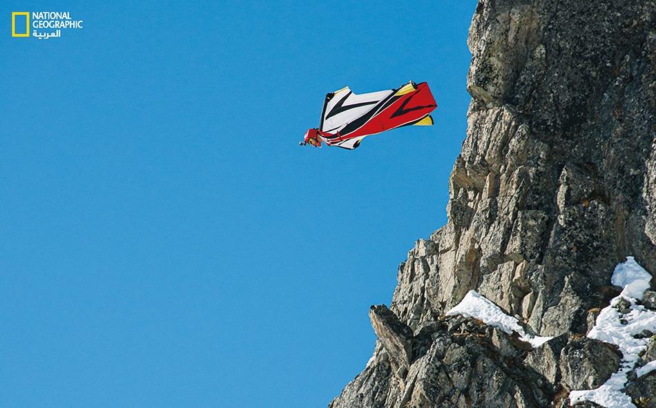 """يقفز """"سيباستيان بروغالا"""" من منحدر في مدينة """"شامونيكس"""" بفرنسا. وقد فرضت المدينة حظراً مؤقتاُ على القفز القاعدي (Base jumping) باستخدام البذلات المجنَّحة، بعد وقوع خامس حالة وفاة خلال عام 2016."""