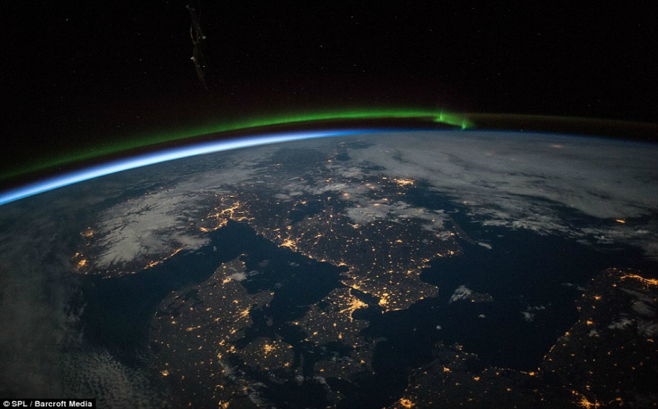 ذكر التقرير أن الأقمار الصناعية الصغيرة، وبعضها لا يزيد حجمه عن صندوق الحذاء، سجلت زيادة نسبتها 11 في المئة في الإيرادات السنوية من تصوير الأرض في العام الماضي وزيادة في حصة المركبات الفضائية العاملة التي دارت حول الكوكب في نهاية العام وعددها 1459.