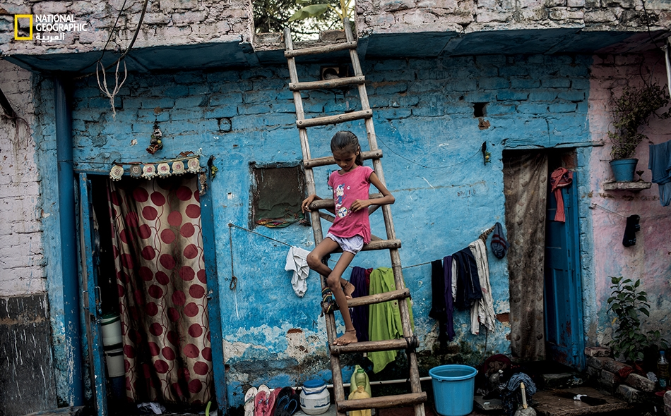 """تعيش """"بيبي"""" (10 سنوات) في حي """"سافيدا باستي"""" بالهند الفقير، وتعاني نقصاً شديداً في الوزن. فالإسهال وسوء التغذية مستشريان في هذا الحي الهامشي."""