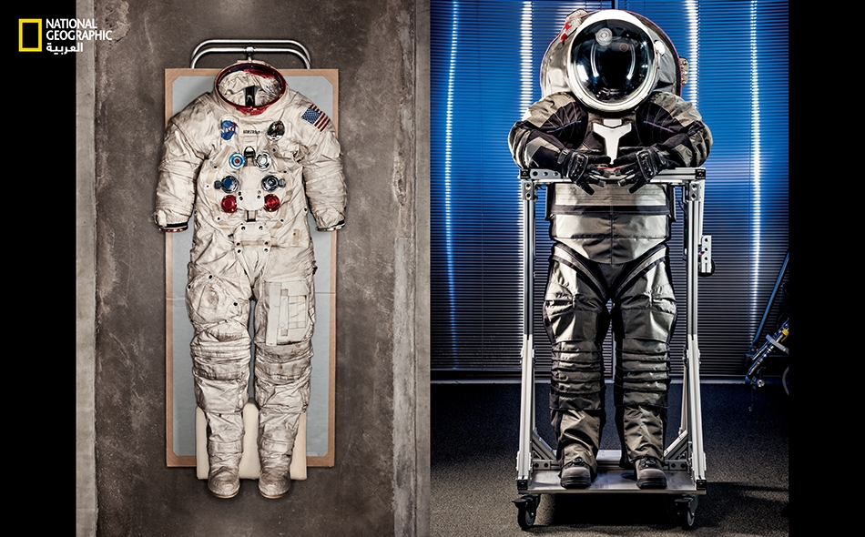 """ارتدى """"نيل أرمسترونغ"""" البذلة التقليدية (يسار) أثناء مشيته التاريخية على سطح القمر يوم 20 يوليو 1969. تُعدّ بذلة """"Z-2"""" (يمين) أحدثَ نموذج؛ ولها خوذة كالفقاعة، وجذع صلب، وتتوفر على فتحة دخول من الخلف. استُلهم تصميمها من الفيلم الأميركي """"ترون"""" (Tron) الذي..."""