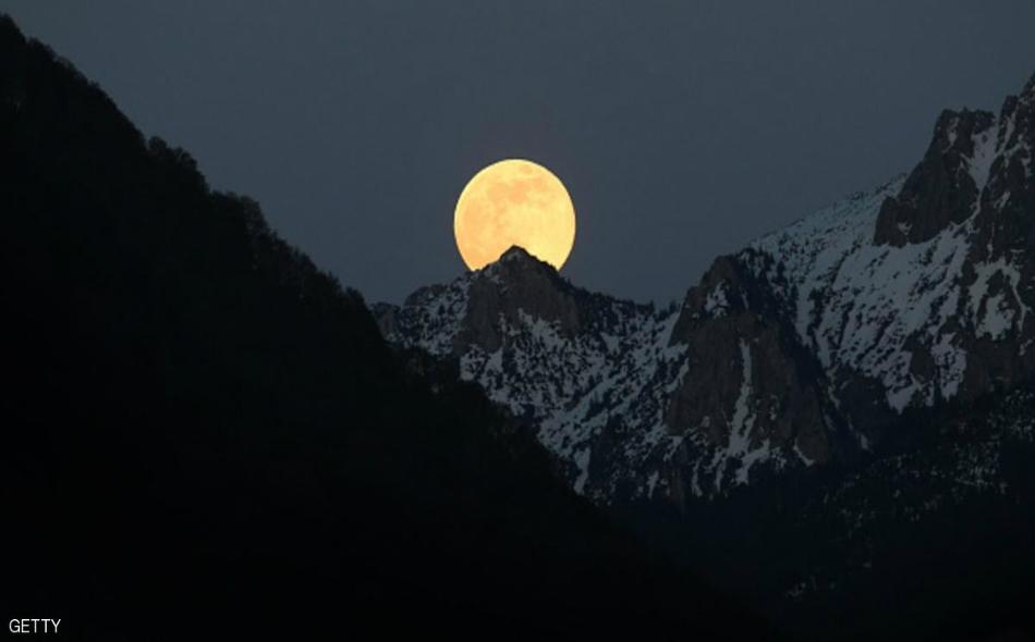 يأخذ القمر لونا أحمرا في هذه الظاهرة النادرة.