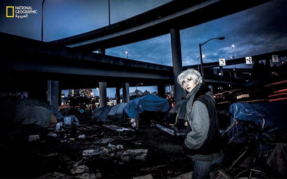 """أصبحت """"جانا رَين"""" (في الصورة) مدمنة هيروين قبل عقدين من الزمن، بعد تناولها حبوباً مسكّنة وُصِفَت لها بالأصل لمعالجتها من إصابة تعرضت لها في العمل. وقد التُقطت لها هذه الصورة عام 2016، إذ كانت تعيش في مكان يقطنه المشرّدون تحت طريقٍ سريعة بمدينة سياتل..."""