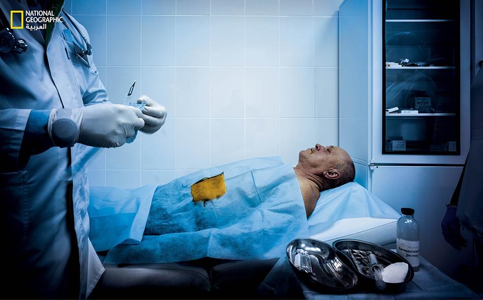 """لدى """"عيادة مارشاك"""" المتخصصة في معالجة مدمني المخدرات، تُحقن جرعة من عقار """"أنتابيوز"""" (Antabuse) -تكفي لستة أشهر- تحت جلد معاقر خمور متعافٍ من إدمانه وعلى وشك مغادرة العيادة، بعد أن مكث بها 30 يوماً. هذا الدواء سيجعله يقيء بمجرد تناوله الخمر، وهو بذلك..."""