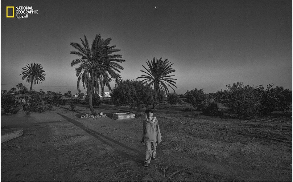 تخرج منال (11 عاماً) قبيل غروب الشمس، للهو وحيدة مرتدية قناعها الواقي في ظل القمر. توقفت هذه الفتاة عن ارتياد المدرسة بسبب تدهور وضعها الصحي.
