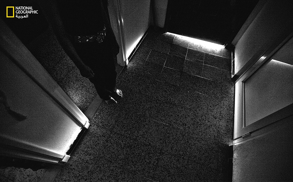 تراقب ذكرى (27 سنة) بحذر تسلل أشعة الشمس أسفل باب منزلها في أريانة شمال تونس. يتم غلق جميع نوافذ وأبواب الدار بعناية لحجب الأشعة فوق البنفسجية. لا تجيد ذكرى القراءة أو الكتابة لأنها اضطرت إلى ترك المدرسة في سن مبكرة لمعاناتها من التقرحات الخبيثة.