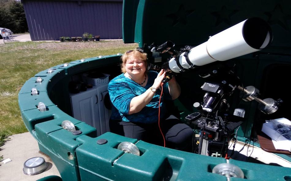 """سيدة أميركية تدعى """"كاي ويات"""" تجلس في مرصدها الخاص لدى ساحل ولاية أوريغون، حيث تستعد لمشاهدة الكسوف المرتقب في 21 أغسطس. الصورة: STEVE WYATT"""
