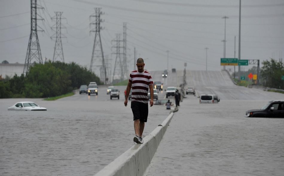 """تسببت العاصفة البطيئة الحركة في سيول كارثية في ولاية """"تكساس"""" وأدت لمقتل تسعة أشخاص على الأقل وعمليات إجلاء جماعي وأصابت مدينة """"هيوستن"""" رابع أكبر مدن الولايات المتحدة من حيث عدد السكان بالشلل. الصورة: Reuters/Nick Oxford"""