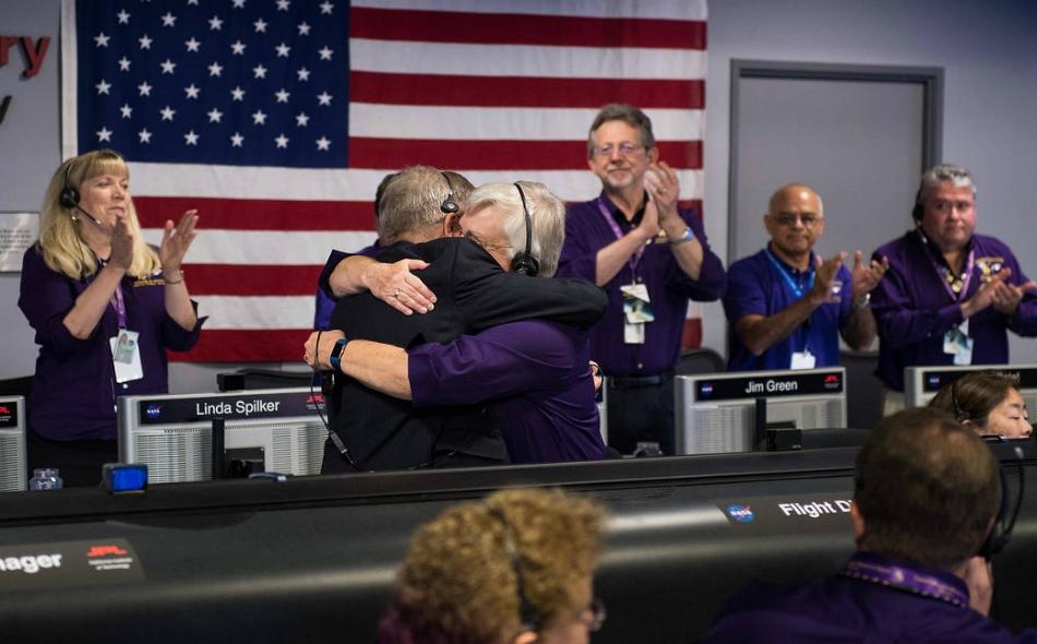 """استقبل مسؤولو """"ناسا"""" بالهتاف والعناق والدموع نهاية ملحمة كاسيني التي انطلقت في عام 1997 واستغرقت سبع سنين في رحلتها إلى زحل."""
