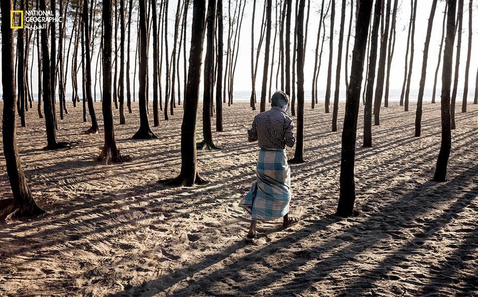 """يعيش بعض الروهينغيين خارج المخيمات قرب بلدة """"كوكس بازار"""". يسكن هذا الرجل في مستوطنة عند خليج البنغال، قرب أشجار زُرعت لغرض تثبيت التربة، لدى فندق يخدم السياح عند الشاطئ."""