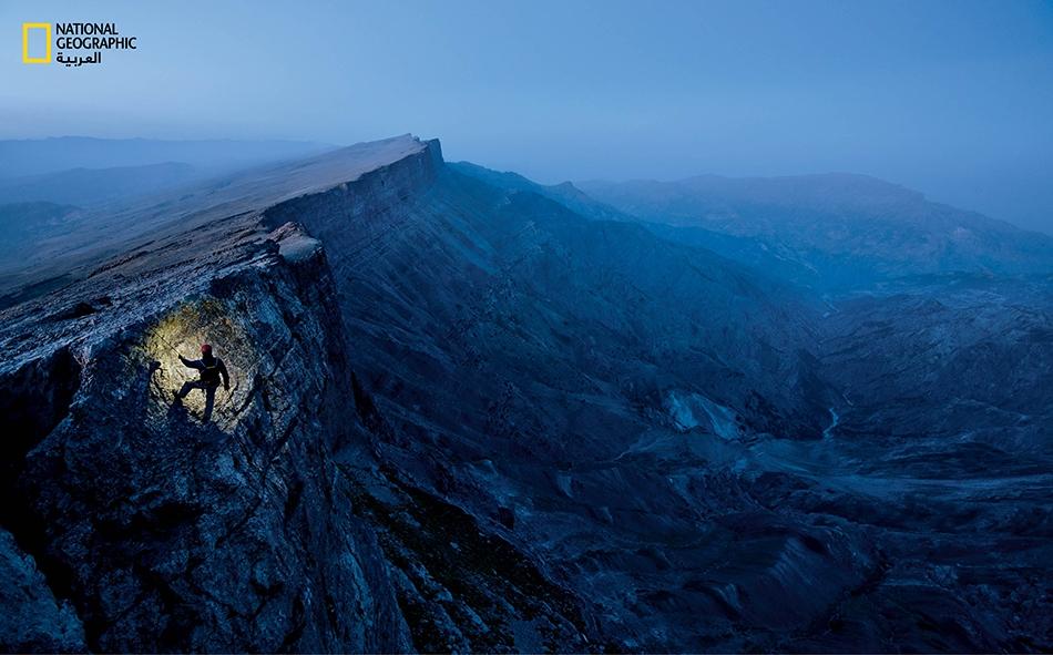 """يتسلق الكاتب """"مارك سينوت"""" جرفاً في سلسلة جبال """"بويسنتوف"""" في أوزبكستان. تمتد داخل هذا الجدار الكلسي مسارات باطنية ملتوية داخل كهف يُدعى """"دارك ستار"""". وقد استُكشف هذا الكهف من قبل ثماني بعثات إلى حد الآن، ولا أحد يعلم على وجه التحديد العمق الذي يمتد إليه."""