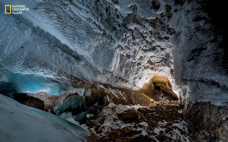 """تستوطن بلوراتُ الجليد كلَّ ركن في حُجرة كبيرة يُطلق عليها العلماء اسم """"بهو البدر التام"""". يبلغ طولها 250 متراً وهي أكبر حُجرة اكتُشفت حتى اليوم في """"دارك ستار"""". ويعد هذا الكهف بمنزلة كبسولة زمنية جيولوجية، إذ إن ترسباته المعدنية تكشف عن تاريخ المناخ على..."""