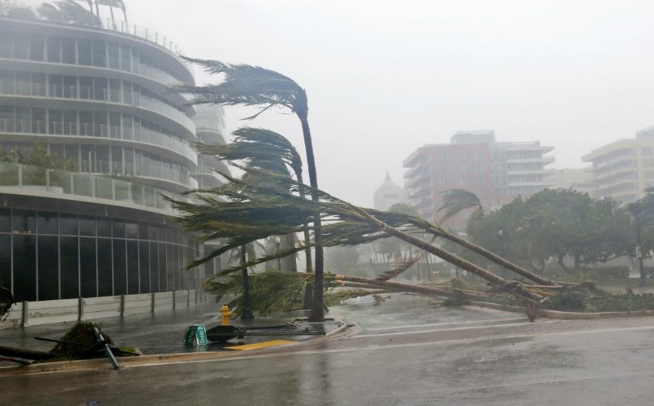 """يُعدّ إيرما واحد من أقوى أعاصير المحيط الأطلسي على الإطلاق وقد تسبب في مقتل 28 شخصا في منطقة الكاريبي واجتاح كوبا بأمواج بلغ ارتفاعها 11 مترا في وقت سابق يوم الأحد. ويقع مركز الإعصار على بعد 48 كيلومترا جنوبي مدينة """"نيبولس"""". الصورة: AP Photo/Wilfredo Lee"""